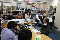 勉強会に参加する事務局スタッフ