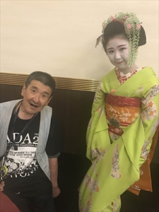 舞妓さんと記念写真、良い顔してます