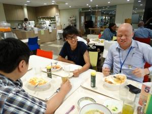 研修を聴講にきた大学生の黛風雅さんと食事をとるチュレさん