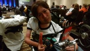 オレンジ色のチケットを握りしめる川崎さん