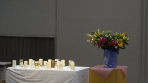 19名を追悼する19本のろうそくと、登壇者の奈良崎さんが活けられたお花です