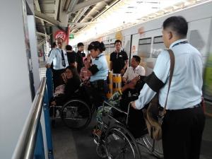 研修員がタイの鉄道に乗ろうとしている