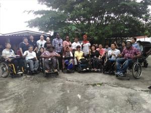 施設から地域で生活しているタイ人障害者の方を訪問。皆で記念写真。