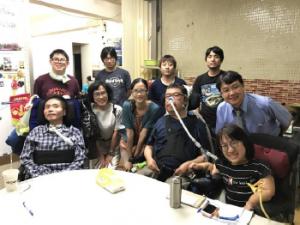 キャプション:写真2 在宅医療の先生とリンちゃん (前列右から二番目が藤原さん)