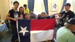 テキサス州の旗を囲んで集合写真