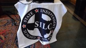 「SILC」と書かれた旗