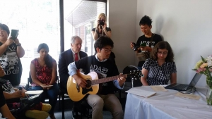 アコースティックギターを演奏するトミー