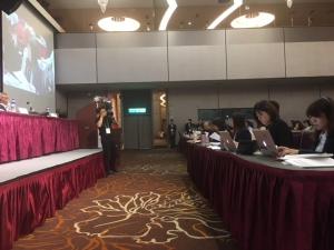 回答する台湾政府(向かって右の舞台下の方たち)
