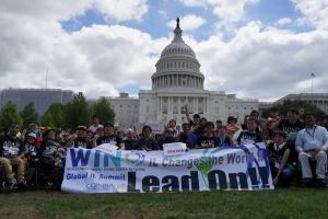 国会議事堂前で集合写真