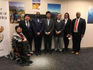 サイレンス・ロモ駐日大使(左から3番目)とDPIのプロジェクトメンバー