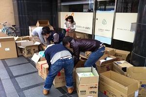 救援本部事務所前での物資搬送準備の写真