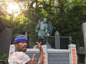 高尾山で天狗の像を見るナタンさん