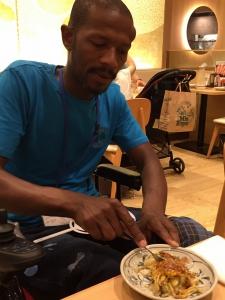 日本の料理にチャレンジするナタンさん