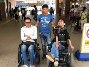 左からタレックさん、介助者のフセインさん、杉山さん