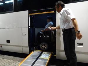写真1:乗り込む様子。スロープで乗り込んだ後に車いすの向きを90度回転させる