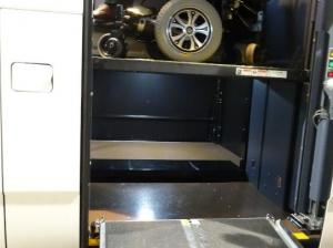 ここがポイント。奥に黒いスペース見えますね。いまリフトは上に上がっていますが、リフトを下げると床面と奥の黒いスペースがフラットにつながります。そのため、あそこまで足台を入れて回転することが出来るのです。大きな車いすも回転できるように工夫してあるのです。