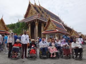 タイ寺院の特徴ある屋根を背景に記念撮影