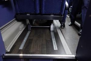 写真4:椅子をスライドさせる前の足元の様子。