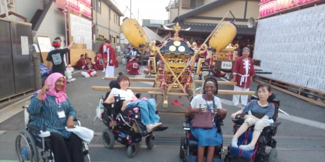 地元のお祭りにて笑顔でパシャリ!左からオマーさん、見形さん、トッコスさん、山本さん