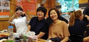 雅恵さん(右)と鷺原と、カメラを構える竹沢さん