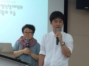 発表する竹沢さん(右)と通訳のウォンさん