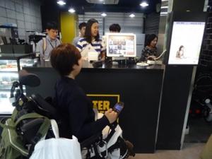 カフェの訓練室。レジにあるタッチパネルは顧客側からも操作できるようになっており、顧客が自らオーダーすることで店員の負担を軽減している。このレジは実際のカフェでも導入されている。
