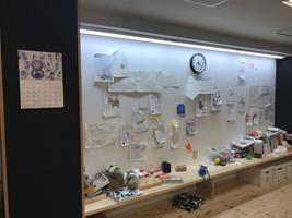 壁に貼られた沢山の作品