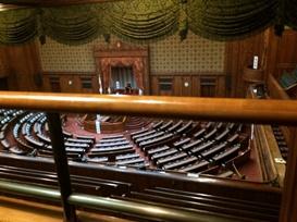 既存の傍聴席。下階の演壇を見下ろす際に手すりが視界を遮っている。