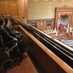 参院本会議場傍聴席に新設された車いすスペースを視察してきました。