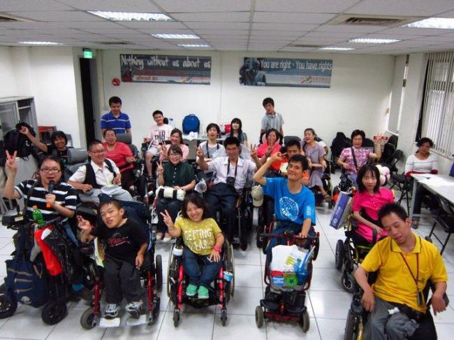 台北市新活力自立生活協会のみなさん、中央の黄色いTシャツがリンちゃん