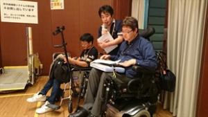 全体司会の杉田さん、今村登(DPI日本会議事務局次長)