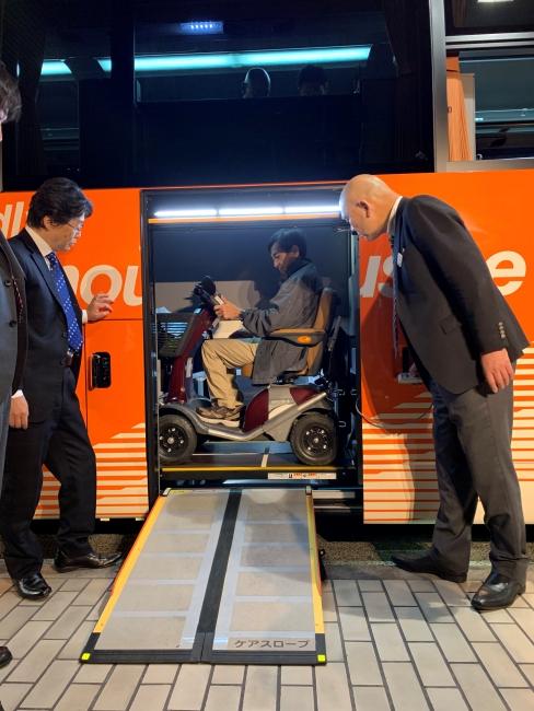 ハンドル型の4輪電動車いす(スズキ社のタウンカート)は、多少のコツと乗務員のサポートが必要ですが、乗車することが出来ました。