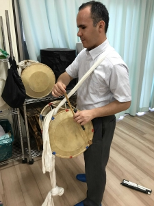 伝統的な太鼓チャンゴに挑戦する福地さん