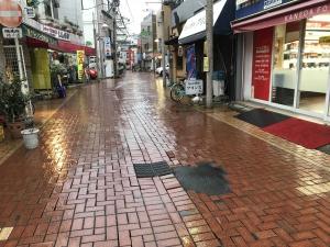 道幅の広い雨の商店街