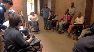 写真:ブラムフィッシャービルでのソウェト自立生活センターのサポートグループ活動の様子。ピアカウンセラーのントンバナ氏とマネージャーのナタンさんのファシリテーションにより、地域で生活する障害者たちがそれぞれの思いを語り合いました。