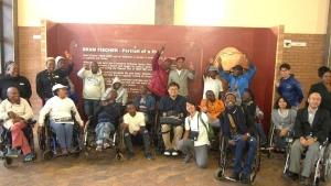 写真:サポートグループのミーティングを終えて。参加者のほとんどが重度の障害者であり、介助者を利用して活動に参加しました。また地区議会の担当者も活動に加わり参加者の話を聞くとともに、活動への協力が約束されました。