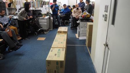 その線に沿って、ダンボールを並べます。これは幅70cmのを検証しています。70cmは手動車椅子でギリギリ通れる幅でした。