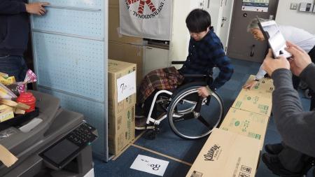 手動車椅子で幅80cmをスムーズに通れるか検証。
