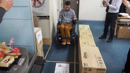 簡易電動車いすで幅80cmを通れるか検証。70cmは通れませんでした。