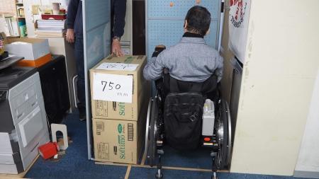 簡易電動車いすで、トイレに入ったときの検証。幅75cm。