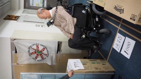 4輪電動車椅 子、幅100cm。