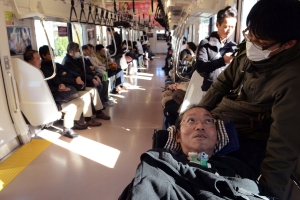 電車に乗る当事者と介助者