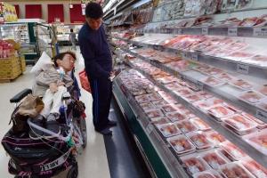 スーパーで買い物をする当事者と介助者
