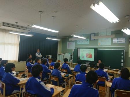 教室の前方で講演をする白井