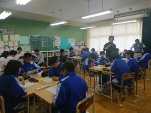 生徒たちが班に分かれてグループワークをする様子