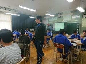 生徒たちが班に分かれてグループワークをする様子と、それを見まわっている教師