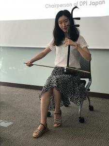 中国の弱視の当事者女性が、二胡を演奏している様子
