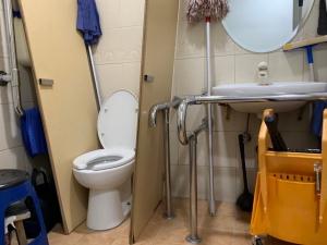 女性用の車いすトイレが清掃員さんの休憩スペース兼物置きになっていて使えない