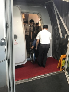車椅子ユーザーが飛行機から降りる様子