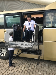 リフトでバスから降りる車椅子ユーザー